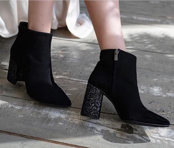 Наверное, для таких особенных женщин модельеры предложили тренды модной  обуви с глиттером, которые станут впечатляющим вариантом для особого случая. 4d49fbde75b